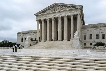 us-supreme-court-building-with-tourists